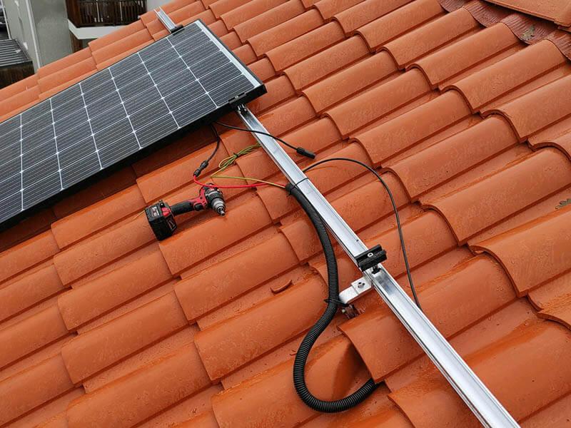 Installation et pose de panneau photovoltaïque solaire sur toiture en tuiles à Bouguenais en Loire-Atlantique (44) - ARS Énergie - Modules photovoltaïques, panneaux solaires, énergies solaires, centrales, réparation, maintenance, installation, pose,...