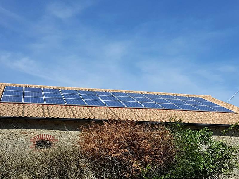 réparation de panneau solaire en surimposition sur toiture en tuile - ARS Énergie - Modules photovoltaïques pour professionnels, panneaux solaires, énergies solaires, centrales, réparation, maintenance, installation, pose,...