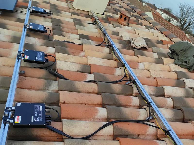 Installation en surimposition sur toiture en tuiles - ARS Énergie - Modules photovoltaïques, panneaux solaires, énergies solaires, centrales, réparation, maintenance, installation, pose,...